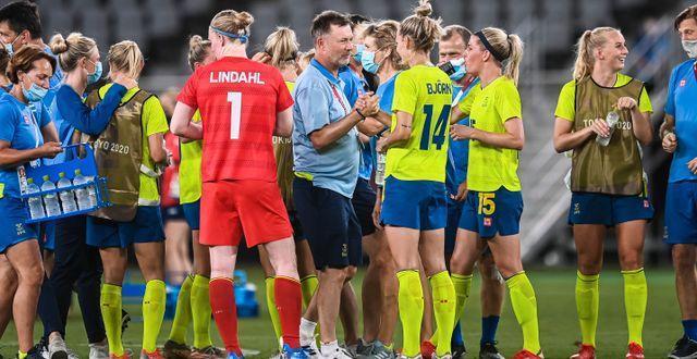 Peter Gerhardsson och spelarna efter segern mot Australien.  JON OLAV NESVOLD / BILDBYRÅN