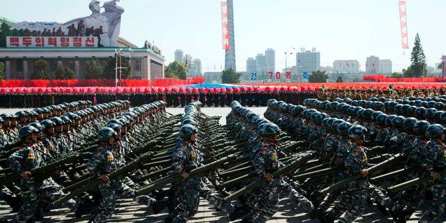 Soldater marscherar inför Nordkoreas 70-års jubileum.  Ng Han Guan / TT / NTB Scanpix