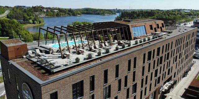 Om du vill besöka takbaren som hyllas av Forbes kliver du av vid busstationen Järva Krog. The Winery Hotel