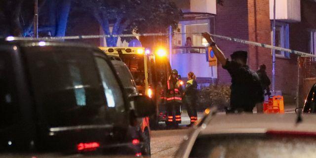 Polisen på platsen där det larmades om skottlossning i Nacka, öster om Stockholm, på söndagskvällen. Claus Meyer/TT / TT NYHETSBYRÅN