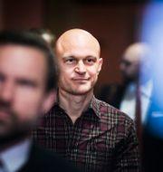 Journalisten Fredrik Önnevall anländer till Malmö tingsrätt. Arkivbild Emil Langvad/TT / TT NYHETSBYRÅN