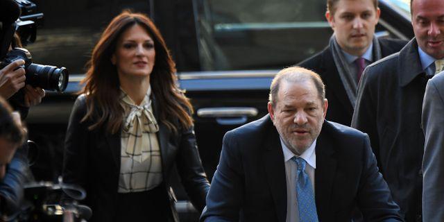 Weinstein på väg in i rättssalen den 24 februari.  JOHANNES EISELE / TT NYHETSBYRÅN