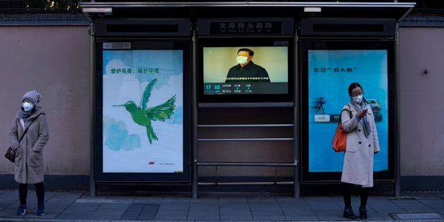 Tv-skärm med Kinas ledare Xi med munskydd i busskur i Shanghai. ALY SONG / TT NYHETSBYRÅN