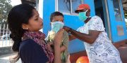 Indier får hjälp av sjukvårdare. C B Pradeep kumar Photographer Thrissur Kerala / TT NYHETSBYRÅN
