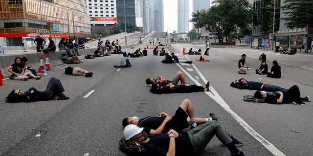 Människor sover på gatan i Hongkong i protest.  Vincent Yu / TT NYHETSBYRÅN