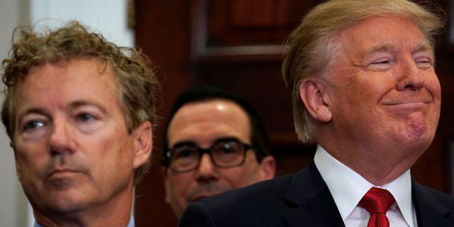 Donald Trump (till höger) och senatorn Rand Paul i samband med att Trump skrev under sitt presidentdekret. KEVIN LAMARQUE / TT NYHETSBYRÅN