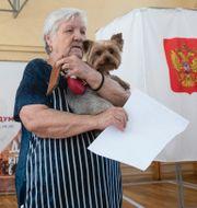 En äldre kvinna lägger sin röst. Pavel Golovkin / TT NYHETSBYRÅN