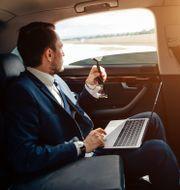Framtidens bilar blir till rullande kontorsbås.  Shutterstock