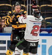 Örebro Hockeys Linus Öberg i en duell på mittplan med Skellefteås Joakim Lindström Erland Segerstedt/TT / TT NYHETSBYRÅN