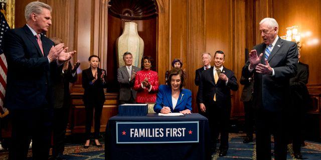 Pelosi signerar krispaket. Andrew Harnik / TT NYHETSBYRÅN
