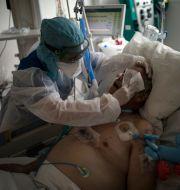 Covid-sjuk man på sjukhus i Marseille. Daniel Cole / TT NYHETSBYRÅN
