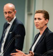 Magnus Heunicke i mitten, bredvid statsminister Mette Frederiksen.  Martin Sylvest / TT NYHETSBYRÅN