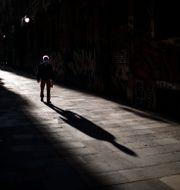 Ensam man i Barcelona. Emilio Morenatti / TT NYHETSBYRÅN
