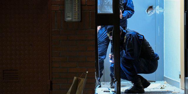 Polisens kriminaltekniker på plats efter en kraftig explosion i ett trapphus i ett flerfamiljshus i Malmö natten till fredagen Johan Nilsson/TT / TT NYHETSBYRÅN