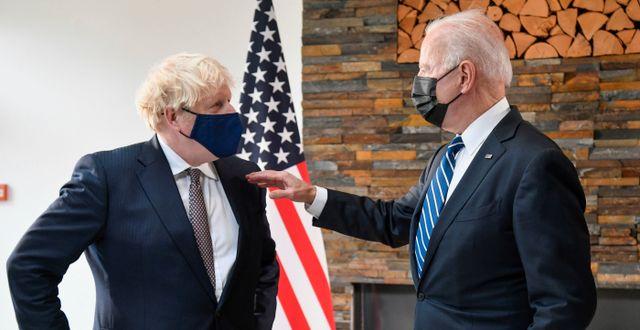 Boris Johnson och Joe Biden.  Toby Melville / TT NYHETSBYRÅN
