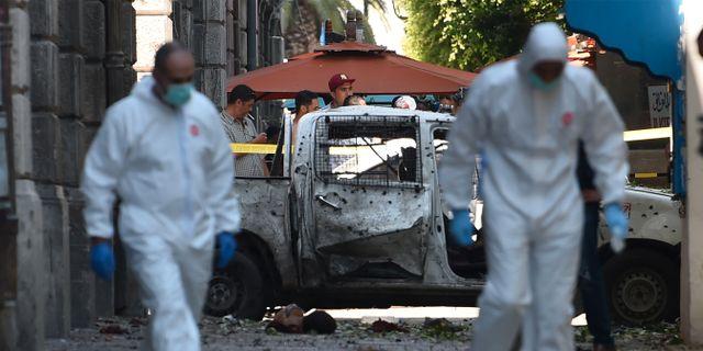En av de sprängda bilarna i Tunis.  FETHI BELAID / AFP
