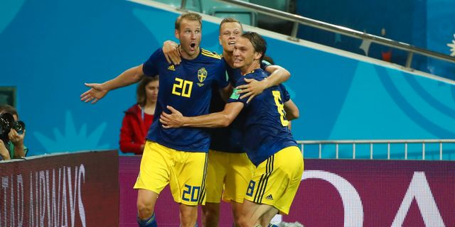 Ola Toivonen mfl firar Sveriges 1–0-mål mot Tyskland.  MICHAEL DALDER / BILDBYR N