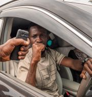 Bobi Wine lämnar en vallokal i Kampala på torsdagen. Jerome Delay / TT NYHETSBYRÅN