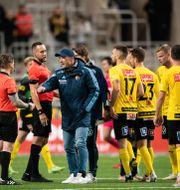 Djurgårdens tränare Kim Bergstrand och domaren Victor Wolf under fotbollsmatchen i Allsvenskan mellan Djurgården och Mjällby den 23 augusti. MAXIM THORE / BILDBYRÅN