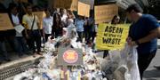 Miljöaktivister med sopor utanför utrikesministeriet i Bangkok. TT.