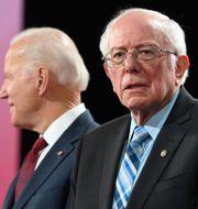Arkivbild. Kandidaterna Joe Biden och Bernie Sanders. ROBYN BECK / TT NYHETSBYRÅN
