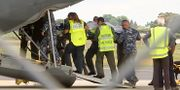 En skadad turist lyfts ombord på ett flygplan TT NYHETSBYRÅN