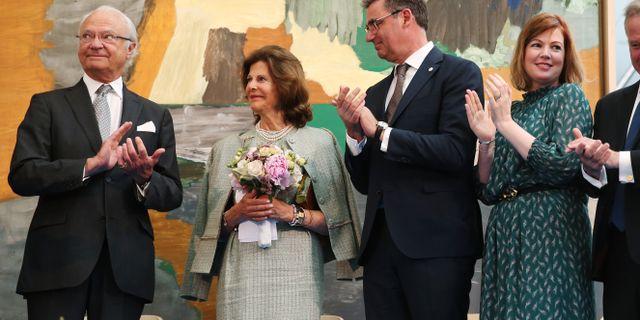 Kung Carl XVI Gustaf, drottning Silvia och sjukhusdirektör Melvin Samson samt hälso- och sjukvårdslandstingsråd Anna Starbrink under invigningen av Karolinska Universitetssjukhuset. Sören Andersson/TT / TT NYHETSBYRÅN