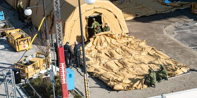 Personal från militären och socialstyrelsen arbetar med bygget av en intensivvårdsmodul utanför sjukhuset i Helsingborg. Johan Nilsson/TT / TT NYHETSBYRÅN