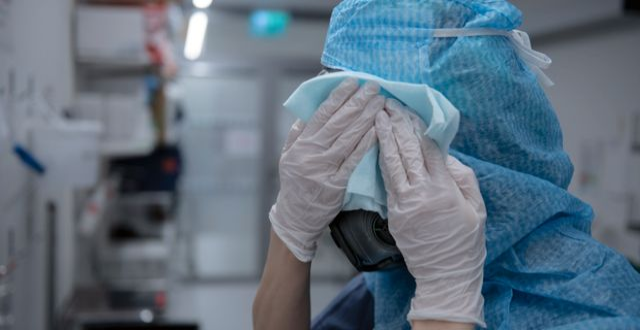 Sjuksköterska på iva tvättar av sin skyddsmask. Staffan Löwstedt/SvD/TT / TT NYHETSBYRÅN