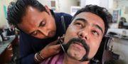 Dhiren Makvana får sina mustascher formade efter piloten Abhinandan Varthamans förebild. AMIT DAVE / TT NYHETSBYRÅN