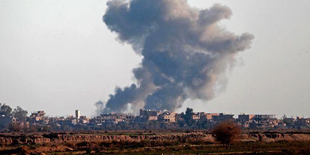 15 december. Rök efter bombningar i närheten av Hajin. DELIL SOULEIMAN / AFP