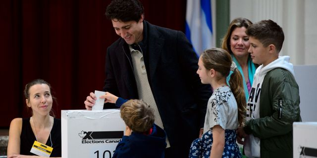 Justin Trudeau när han röstade. Sean Kilpatrick / TT NYHETSBYRÅN
