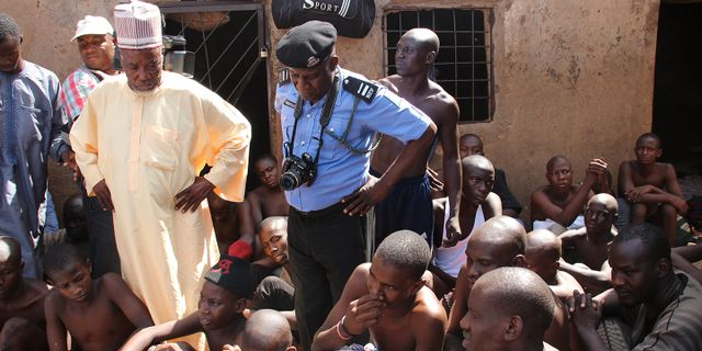 """Personer som fritagits av polis från """"skolan"""".  Saddiq Mustapha / TT NYHETSBYRÅN"""