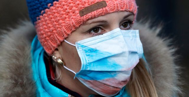 En kvinna med munskydd. Petr David Josek / TT NYHETSBYRÅN