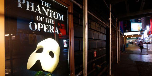 Teateraffisch vid öde gata i närheten av Times Square.  Kathy Willens / TT NYHETSBYRÅN