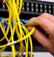 Internetleverantören Bahnhof kontrollerar kablar i ett korskopplingsskåp. Arkivbild. Bertil Ericson / TT / TT NYHETSBYRÅN