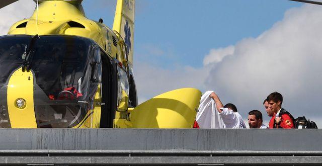 Froome anländer till sjukhuset i helikopter. ANNE-CHRISTINE POUJOULAT / AFP