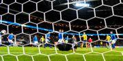 Sveriges Jakob Johansson gör mål bakom Italiens Gianluigi Buffon under fredagens VM-kvalmatch i fotboll mellan Sverige och Italien på Friends Arena. Pontus Lundahl/TT / TT NYHETSBYRÅN