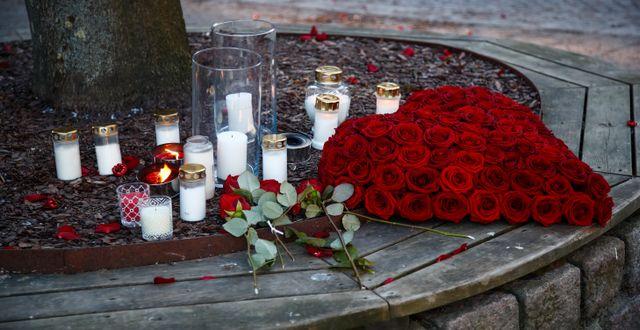Ljus och blommor utanför Gretas Blomsterhandel i Vetlanda där en av onsdagens knivatacker ägde rum. Thomas Johansson/TT / TT NYHETSBYRÅN