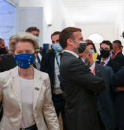 EU-kommissionens ordförande Ursula von der Leyen, franske presidenten Emmanuel Macron i mitten och grekiske premiärministern Kyriakos Mitsotakis till höger.  Tiago Petinga / TT NYHETSBYRÅN