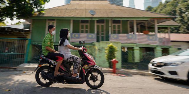 Boende i Kuala Lumpur med ansiktsmask. Vincent Thian / TT NYHETSBYRÅN