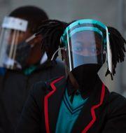 Två sjundeklassare i en skola i Johannesburg den 8 juni. Denis Farrell / TT NYHETSBYRÅN