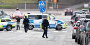 Poliser på platsen.  Anders Wiklund/TT / TT NYHETSBYRÅN
