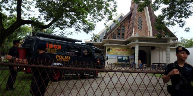 Polis framför kyrkan på norra Sumatra ANTARA FOTO / TT NYHETSBYRÅN