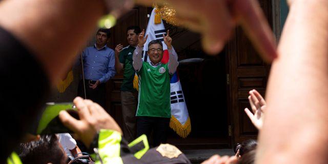 Byoung-yin Han firar med mexikanska fans utanför ambassaden STRINGER / TT NYHETSBYRÅN
