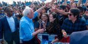 Bernie Sanders möter väljare. RINGO CHIU / TT NYHETSBYRÅN