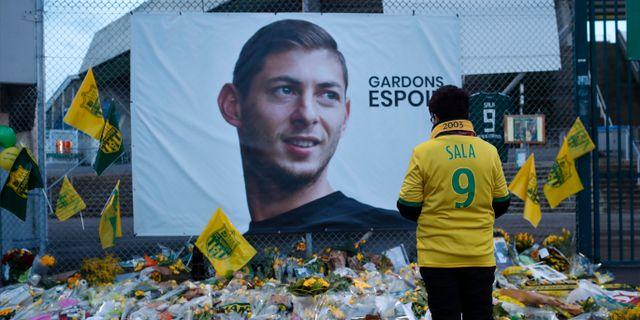 Ett fotbollsfan sörjer Emiliano Sala. Thibalt Camus / TT NYHETSBYRÅN/ NTB Scanpix