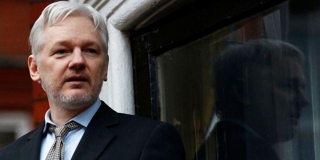 Julian Assange vid ambassaden på torsdagen. PETER NICHOLLS / TT NYHETSBYRÅN