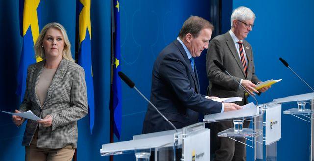 Lena Hallengren, Stefan Löfven och Johan Carlson. Jessica Gow/TT / TT NYHETSBYRÅN