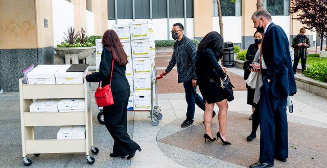 Apples jurister rullar in bevismaterial till rättegången. Noah Berger / TT NYHETSBYRÅN